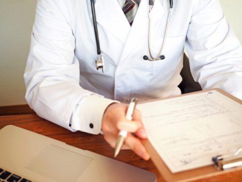 患者に問診する医者