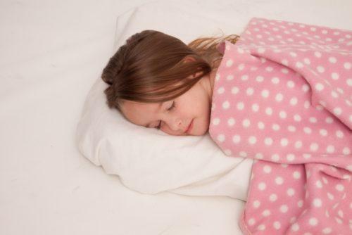 枕に顔を当て眠る少女