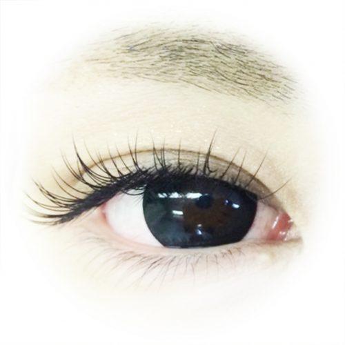 まつ毛の長い女性の瞳
