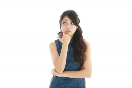 治験モニターの求人を検討する女性