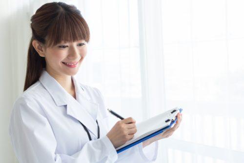 治験について解説する高宮医師