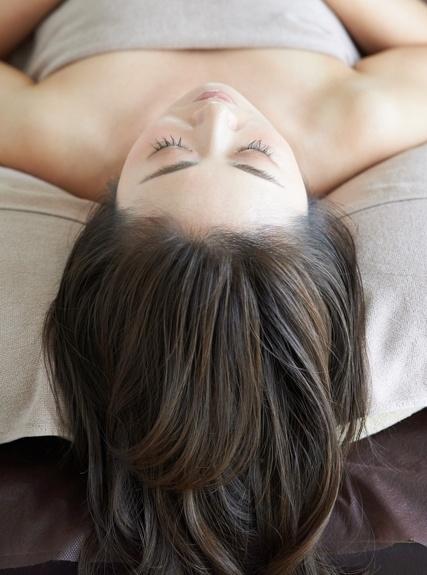 額の生え際に植毛した女性