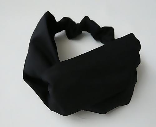 黒い生地のヘアバンド