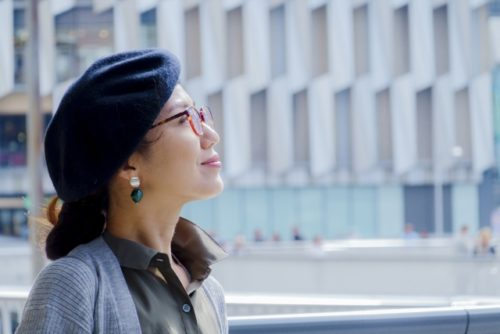 帽子で円形脱毛を隠して外出する女性